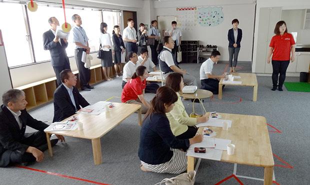 スマートキッズプラスを視察する墨田区議会議員の皆さま